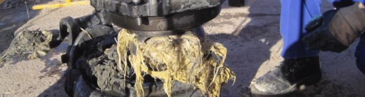Atasco en la red de saneamiento provocada por la acumulación de toallitas húmedas. Fuente: www.aguasresiduales.info