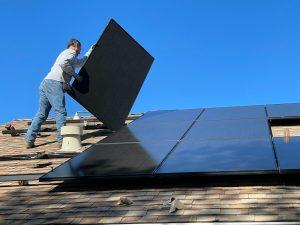 Colocación de paneles solares en un techo.