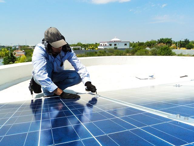 Poner placas solares permite el ahorro en la factura de luz