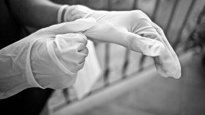 El uso de guantes de látex se incrementó por el covid-19