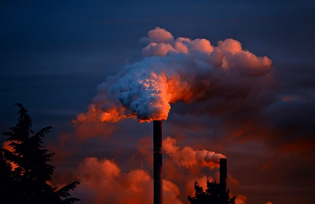chimenea industrial emitiendo gases tóxicos